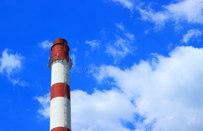 Tube industriel contre sur le ciel photographie stock