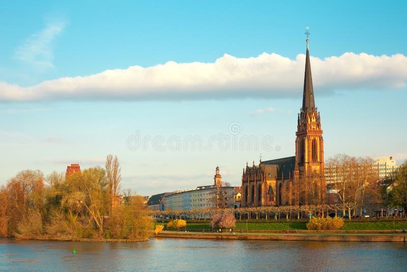 Tubería de la iglesia y de río de Dreikoenigs en Frankfurt-am-Main foto de archivo