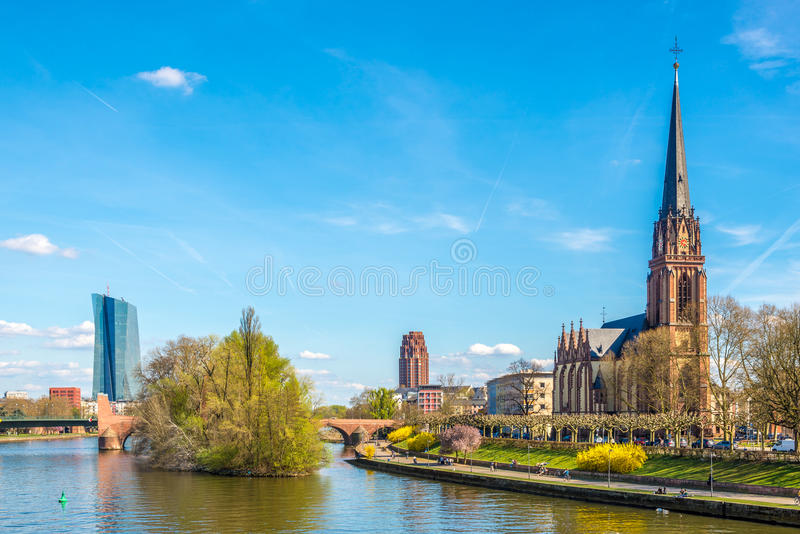 Tubería de río de la costa con la iglesia de Dreikonigs - Frankfurt-am-Main, Alemania imagen de archivo