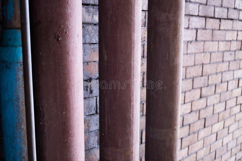Tuber?a del metal bajo techo concreto fotos de archivo libres de regalías