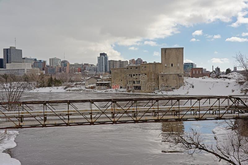 Tubería sobre el río de Ottawa, edificios industriales viejos y rascacielos en Gatineau, Quebec, Canadá fotografía de archivo libre de regalías