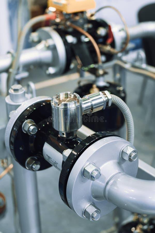Tuberías con los sensores de medición incorporados Los tubos son conectados por los rebordes imágenes de archivo libres de regalías