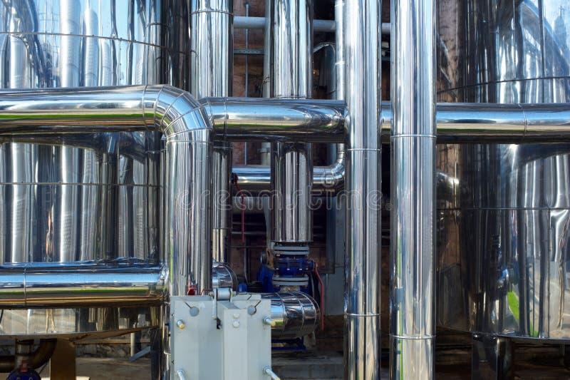 Tuberías de acero inoxidables brillantes, los tanques para la industria alimentaria fotos de archivo