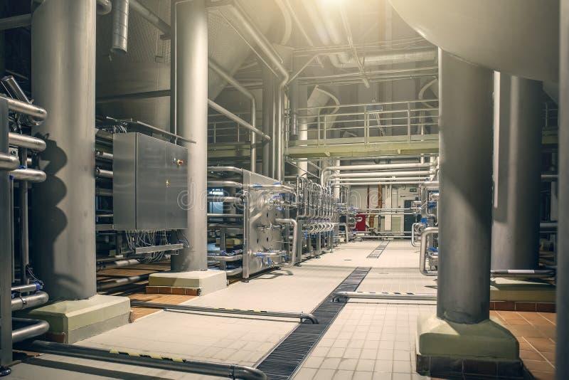 Tuberías de acero y depósitos de almacenamiento para la fermentación de la cerveza de la fábrica moderna de la cervecería como fo imagen de archivo libre de regalías