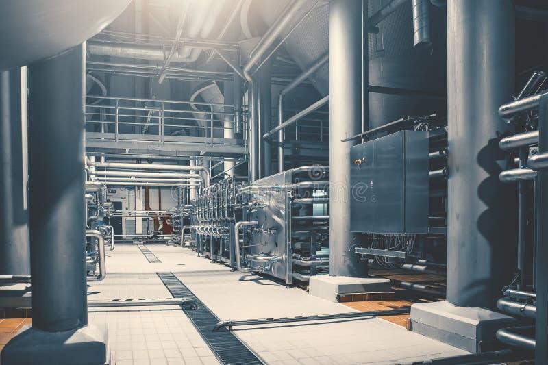 Tuberías de acero y depósitos de almacenamiento para la fermentación de la cerveza de la fábrica moderna de la cervecería como fo fotografía de archivo libre de regalías