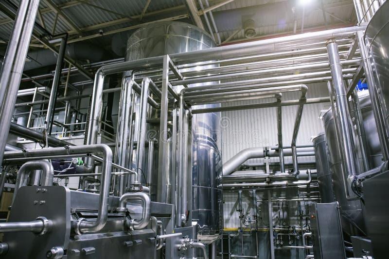 Tuber?as de acero y dep?sitos o los tanques inoxidables, producci?n industrial de la cerveza, tuber?a del metal en la fermentaci? fotografía de archivo