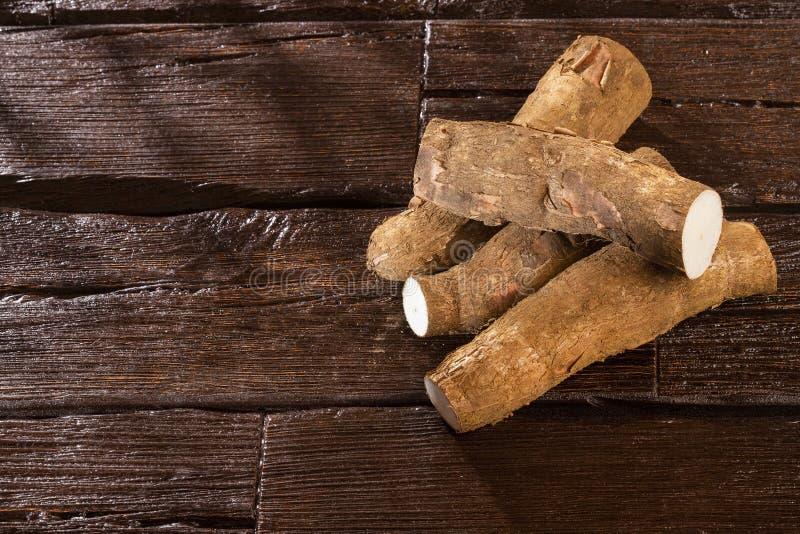 Tubercule cru de manioc - Manihot esculenta L'espace des textes photo libre de droits