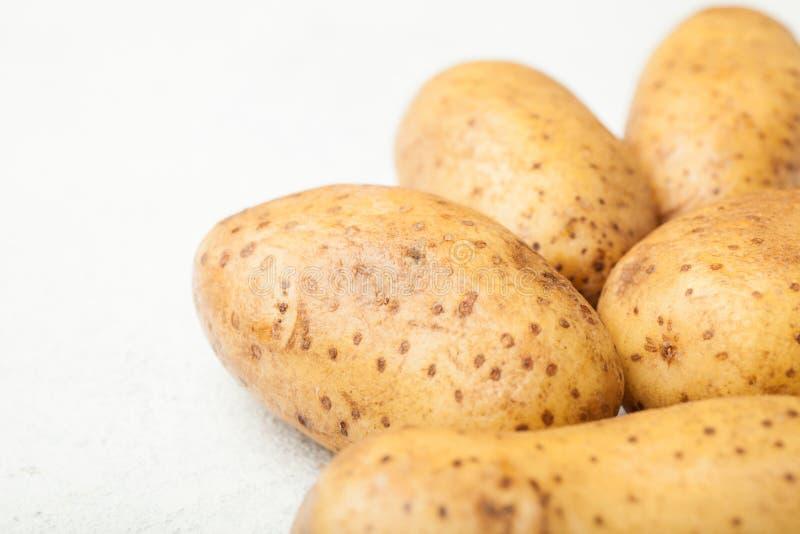 Tuberi della patata su un fondo bianco fotografia stock libera da diritti