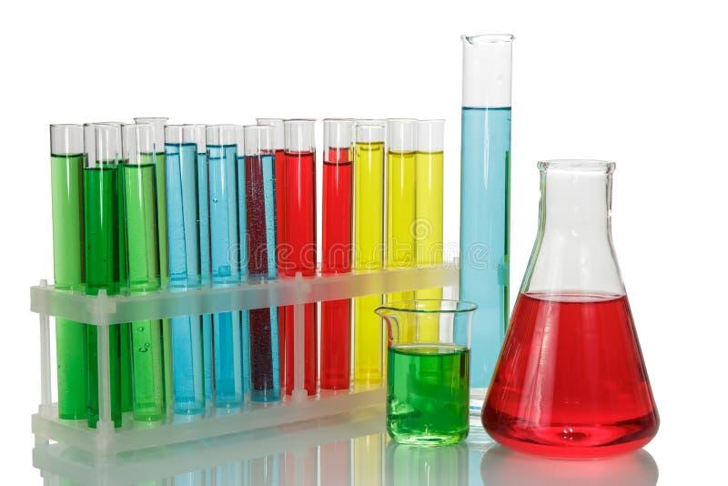 Tubes à essai avec les liquides colorés dans un support, un flacon chimique et un b photos libres de droits