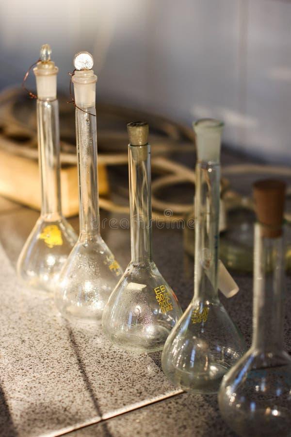 Tubes à essai de conteneurs en verre de laboratoire de chimie images stock