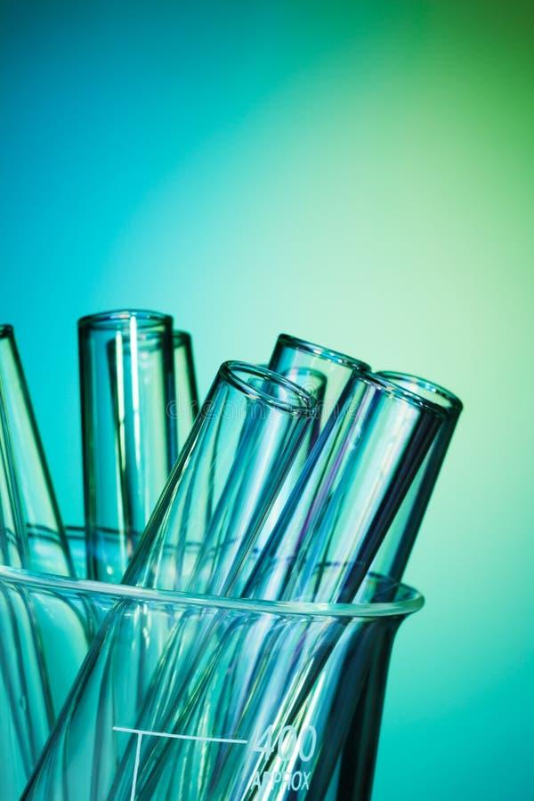 Tubes à essai en verre ensemble sur le fond bleu image libre de droits