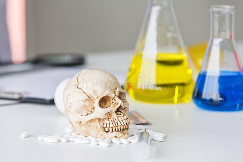 Tubes d'essai en laboratoire de la Science Produit chimique de crâne et de becher Substances et laboratoire volatils de crâne ver photographie stock libre de droits