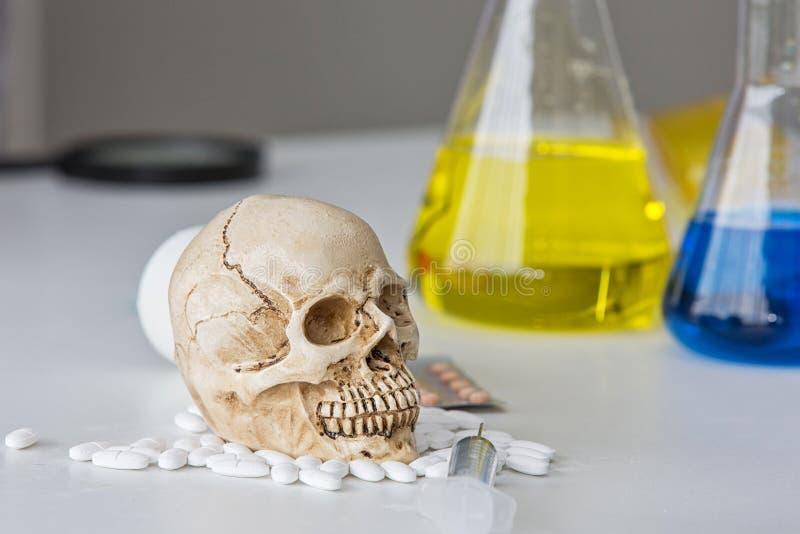 Tubes d'essai en laboratoire de la Science Produit chimique de crâne et de becher Substances et laboratoire volatils de crâne ver photos libres de droits