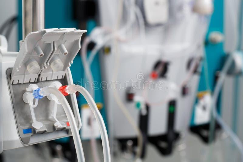 Tubes de bloodline de hémodialyse dans la machine de dialyse photographie stock libre de droits