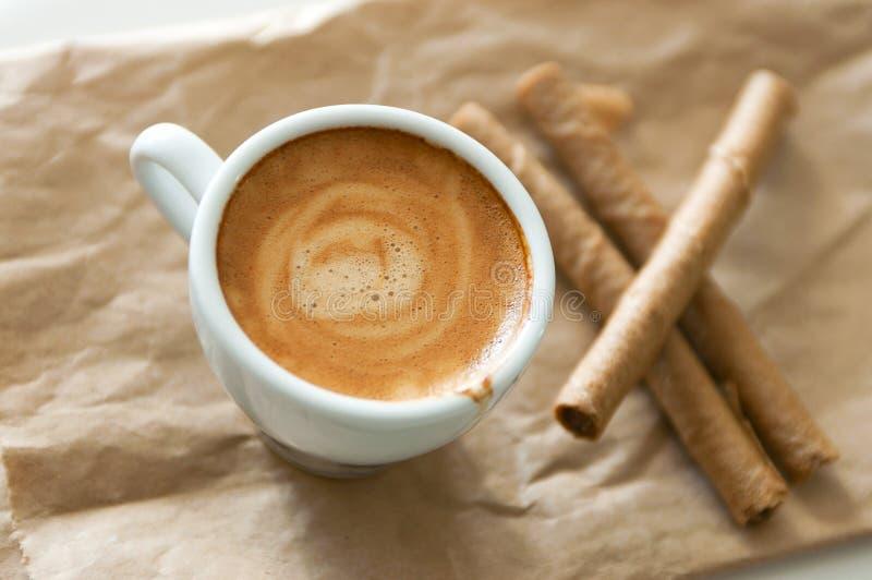Tubes de café et de gaufrette photo stock