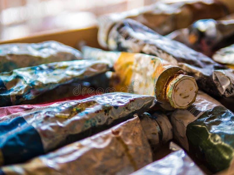 Tubes de peinture d'huile usagée images stock