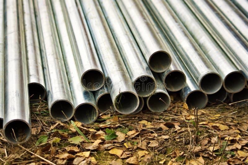 Tubes en aluminium au sol photographie stock libre de droits