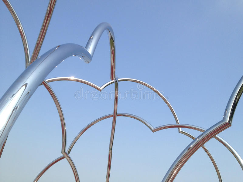 Tubi astratti del metallo sul contesto del blu di pendenza fotografie stock libere da diritti