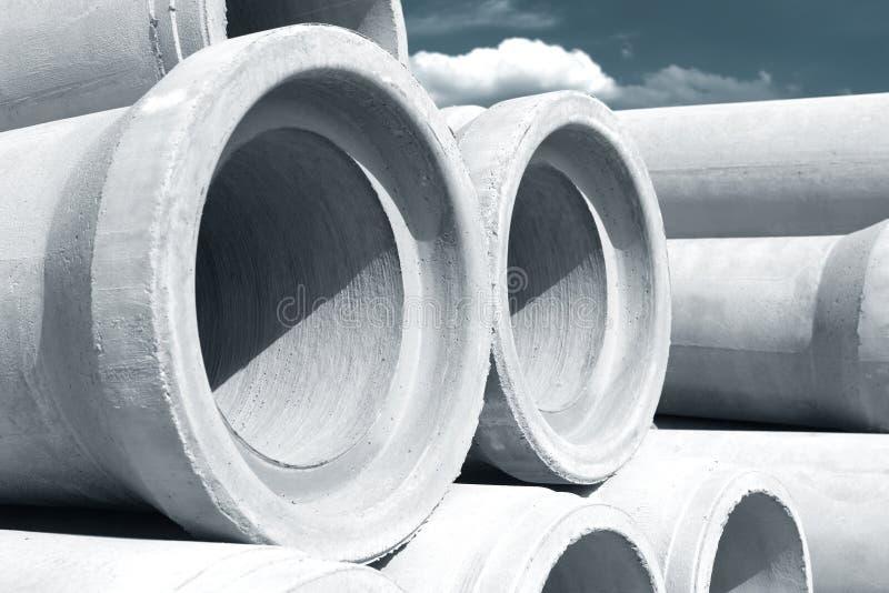 Tubi concreti industriali di drenaggio impilati per costruzione Nuovi tubi immagine stock