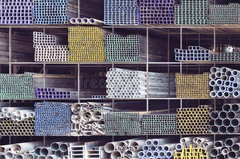 Tubi del metallo per costruzione sullo scaffale fotografia for Progetti di costruzione del mazzo
