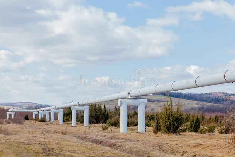 Tubi del metallo del primo piano nel campo tubi dalla conduttura gasdotto per il pompaggio del gas calore-tubo grande tubo colora fotografia stock
