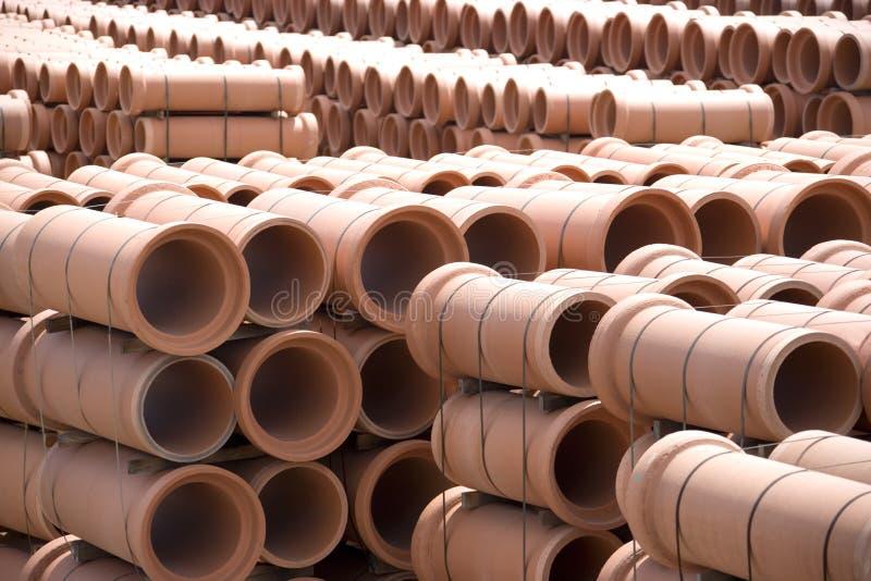 Tubi di argilla alla fabbrica immagine stock