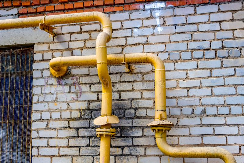 Tubi di gas gialli sulla parete fotografia stock