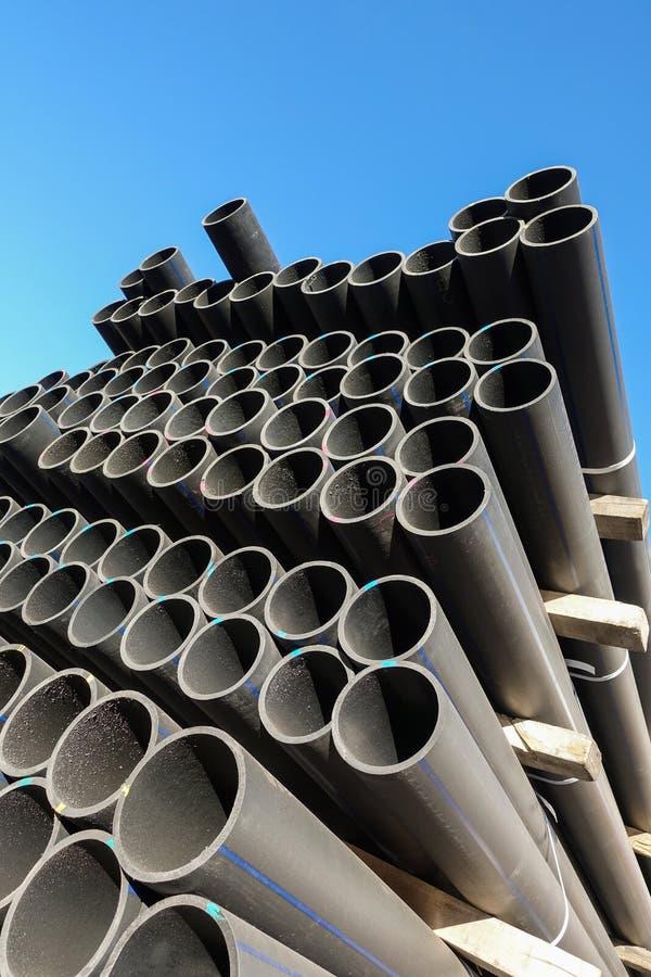 Tubi di plastica nell'assortimento dei prodotti finiti imballati in pacchetti contro un cielo blu immagine stock