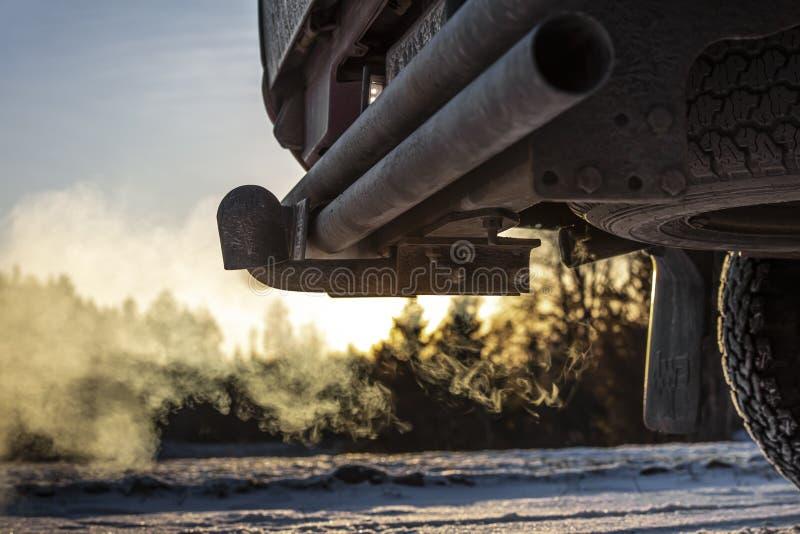 Tubi di scarico delle automobili, che fuoriesce fortemente dal fumo in Finlandia Il punto focale è il centro della foto immagine stock libera da diritti