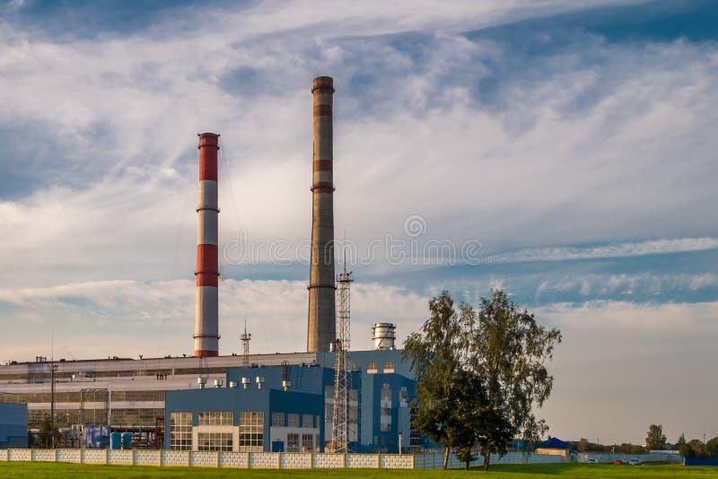 Tubi di una pianta chimica di impresa Concetto di inquinamento atmosferico Spreco industriale dell'inquinamento ambientale del pa fotografia stock