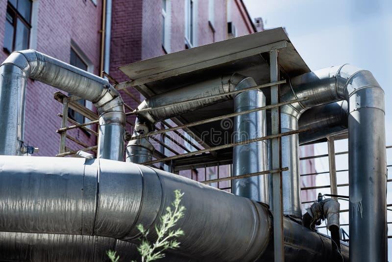 Tubi di ventilazione sulla parete della costruzione fuori di vecchio fabbricato industriale della fabbrica fotografie stock