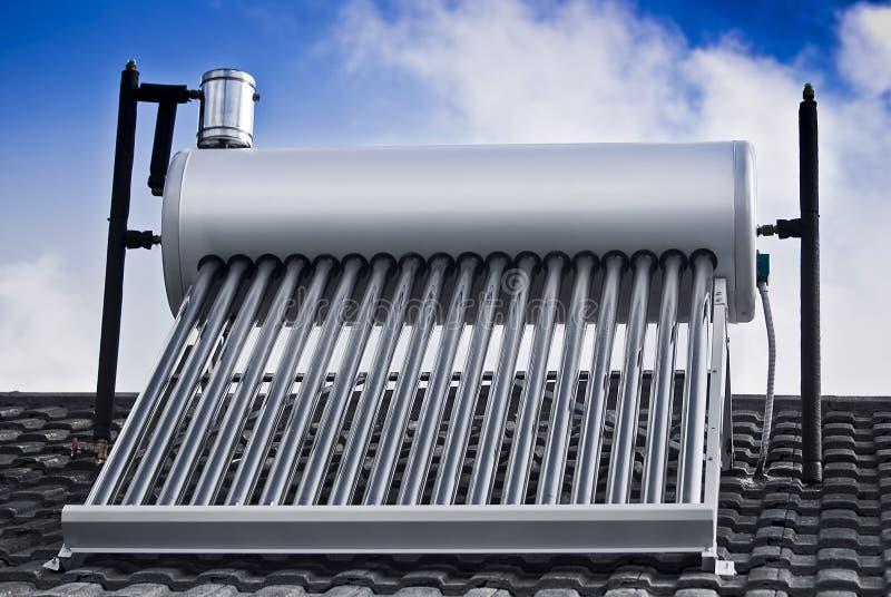 Tubi di vetro evacuati - riscaldatore di acqua solare fotografia stock libera da diritti