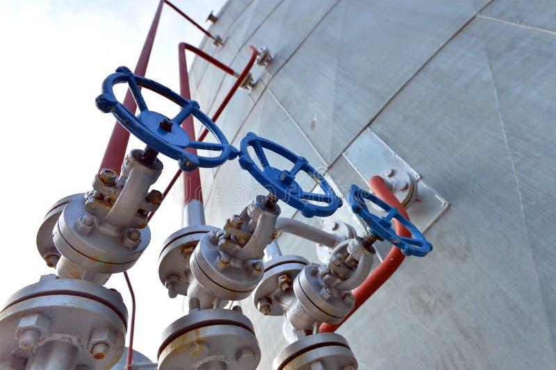 Tubi e valvole nell'industria petrochimica fotografia stock
