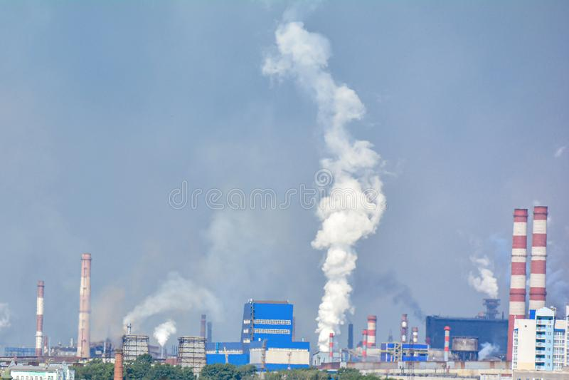 tubi industriali che causano i problemi di inquinamento atmosferico Copi lo spazio Il concetto di ecologia e di protezione dell'a immagini stock