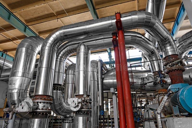 Tubi industriali in una centrale elettrica termica fotografie stock libere da diritti