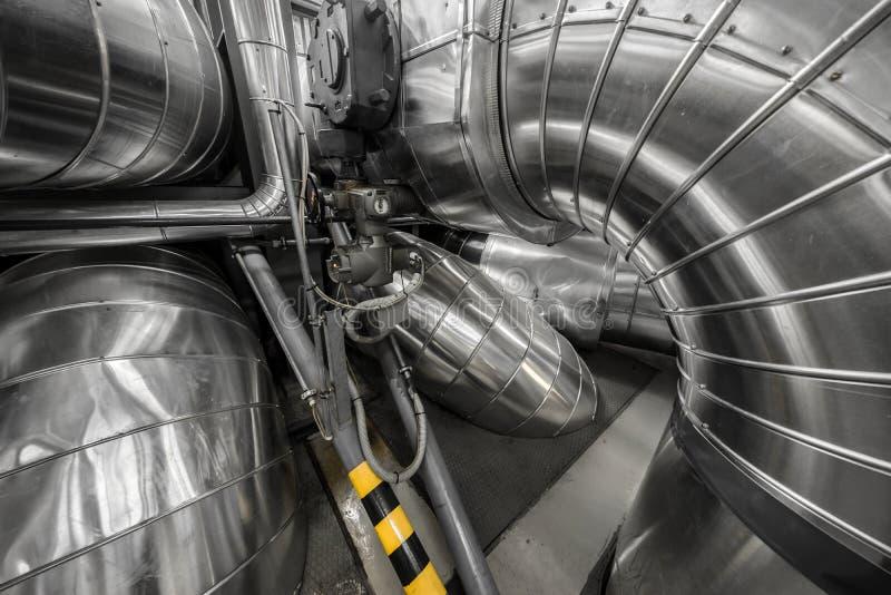 Tubi industriali in una centrale elettrica termica fotografia stock libera da diritti