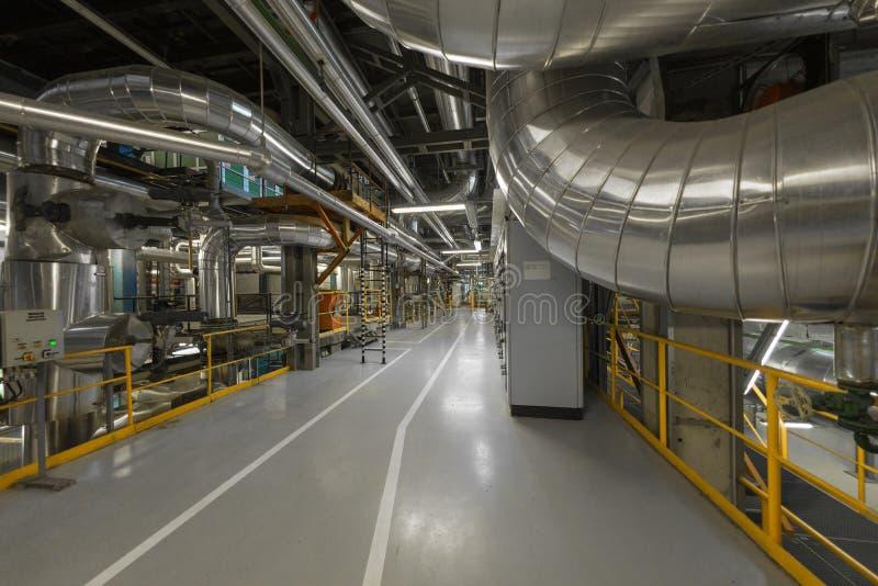 Tubi industriali in una centrale elettrica termica immagine stock