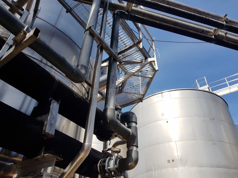 Tubi, passaggi e carri armati del metallo Ambiente industriale della pianta per la produzione di aria fresca fotografia stock libera da diritti
