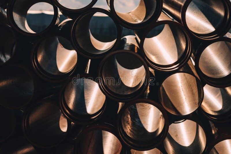 Tubi per fognatura di plastica sul cantiere per riparare fotografia stock libera da diritti