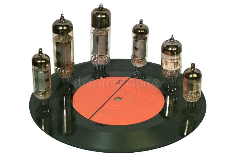 Tubi radiofonici che si levano in piedi sul disco del vinile immagini stock