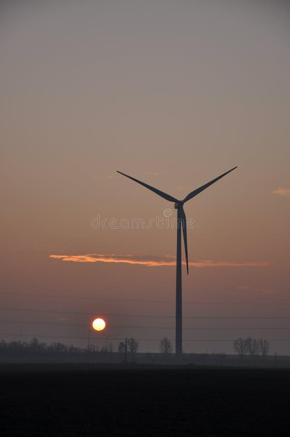 Tubine del vento al tramonto fotografie stock libere da diritti