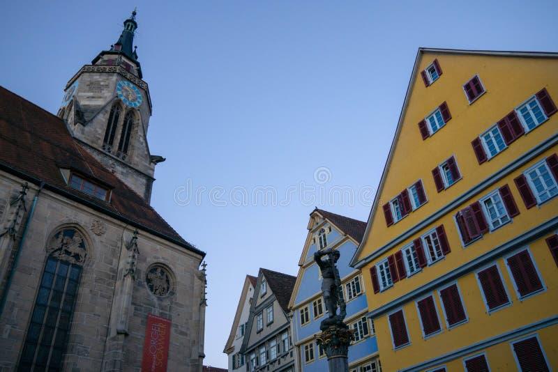 TUBINGEN/GERMANY- 29 DE JULHO DE 2018: Em torno da igreja escolar, quadrado com a fonte na frente da catedral Há uma estátua com imagens de stock royalty free