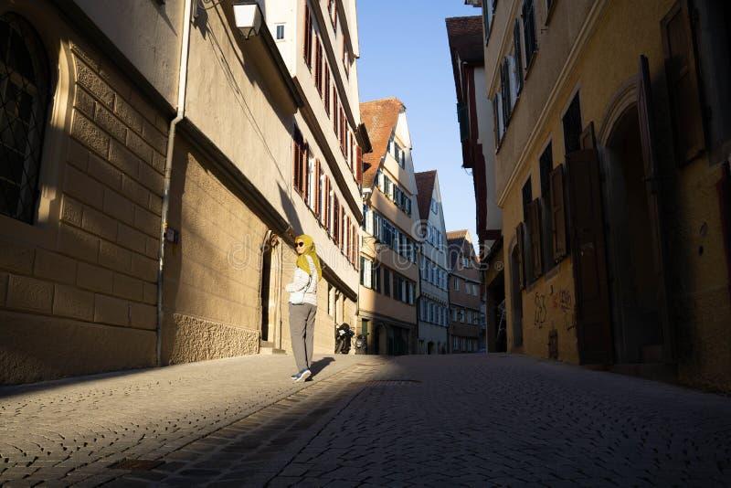 TUBINGEN/GERMANY- 29 DE JULIO DE 2018: Una mujer musulmán del viajero usando las gafas de sol, caminando en las aceras de la ciud fotografía de archivo libre de regalías