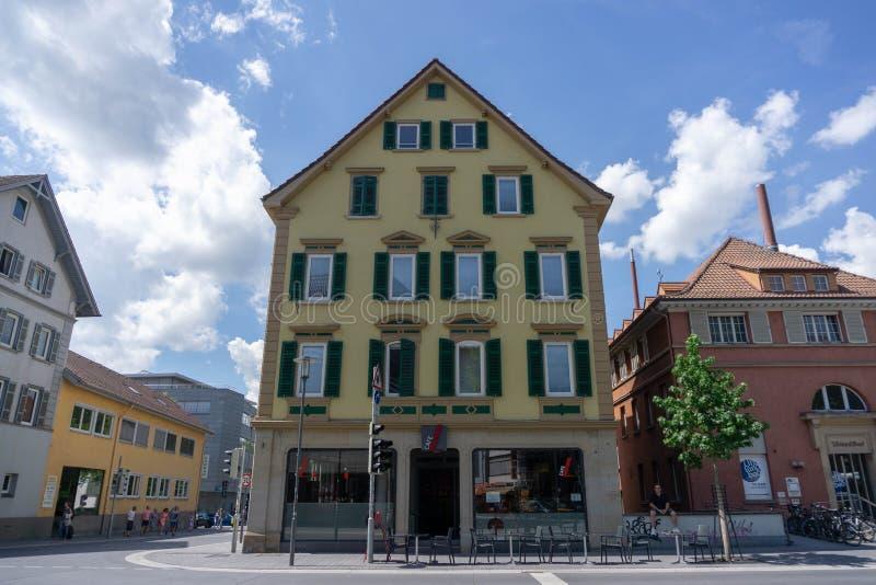 29 tubingen/germany-JULI 2018: een klassiek-stijlkoffie in één hoek van de stad van Tübingen Deze koffie verstrekt banken buiten royalty-vrije stock afbeelding