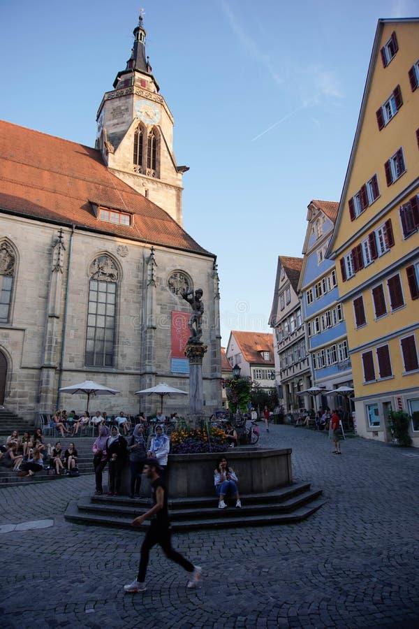 TUBINGEN/GERMANY: 30 JULI 2018: Een Moslimreizigersvrouw kijkt gelukkig, lopend op de stoepen van de stad van Tübingen dichtbij S royalty-vrije stock foto's