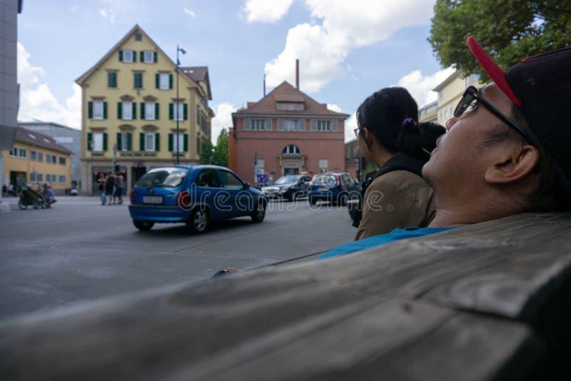 TUBINGEN/GERMANY-, 29. JULI 2018: Stra?enatmosph?re um Tubingen Fu?g?ngerraum ist, mit klassisch-?hnlichen Geb?uden sehr breit stockfotos