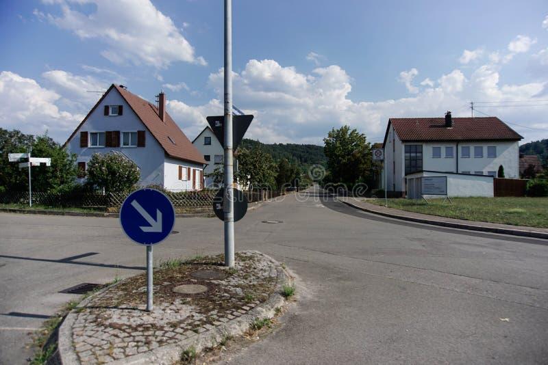 31 tubingen/germany-JULI 2018: Woningbouw en wegen rond de stad van T?bingen Sommige gebouwen zien behouden nog de schrijver uit  royalty-vrije stock afbeeldingen