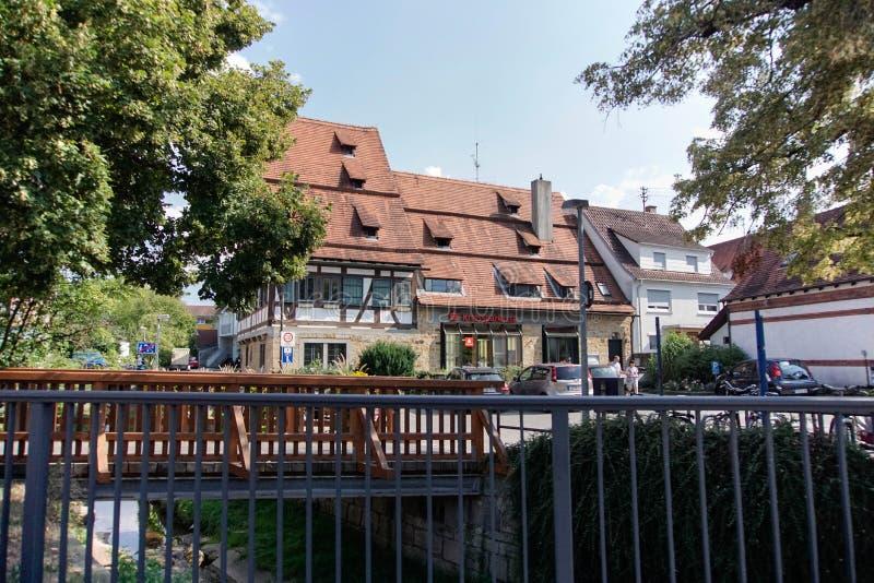 31 tubingen/germany-JULI 2018: Woningbouw en wegen rond de stad van T?bingen Sommige gebouwen zien behouden nog de schrijver uit  stock fotografie