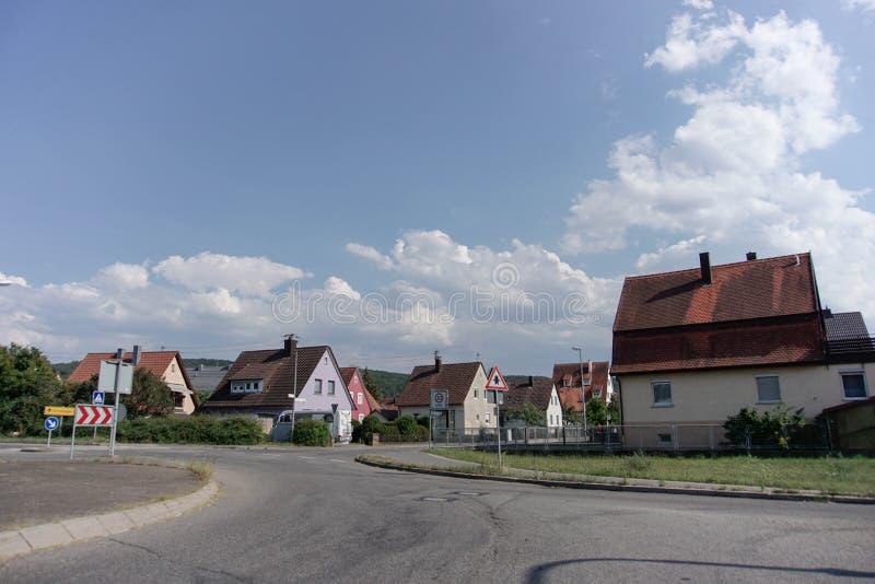31 tubingen/germany-JULI 2018: Woningbouw en wegen rond de stad van T?bingen Sommige gebouwen zien behouden nog de schrijver uit  stock foto