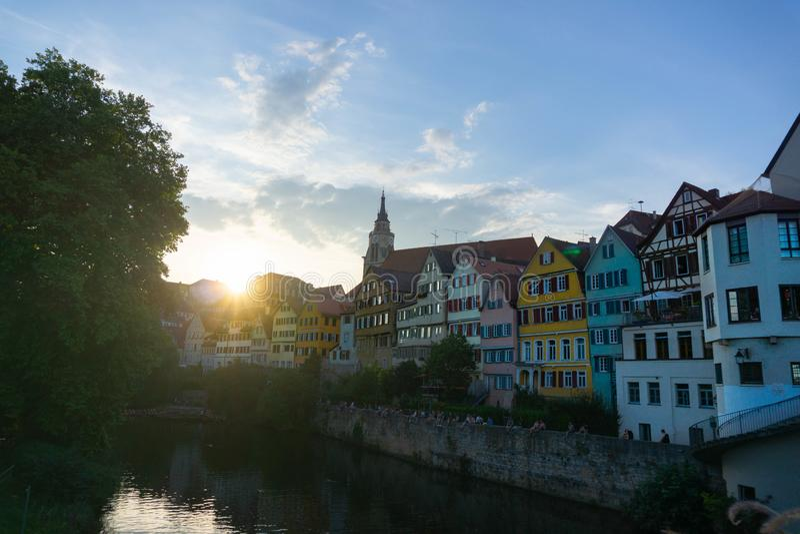 TUBINGEN/GERMANY-JULY 31 2018年:从蒂宾根的一个五颜六色的偶象房子,当太阳设置 许多人在享用坐附近 库存照片